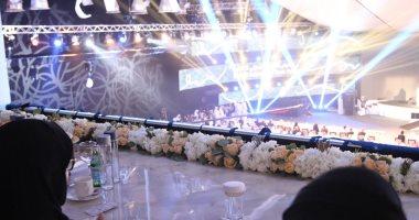 خلال افتتاح المعرض.. سلطان القاسمى يكرم الشيخة جواهر ويهديها قصيدة شعر
