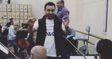 شاهد.. عاصى الحلانى يبدع فى الغناء بدون ميكروفون قبل حفله بدار الأوبرا