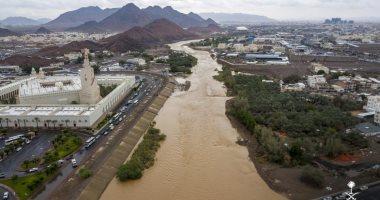 شاهد.. الأمطار تشق نهراً داخل وادى العقيق بالمدينة المنورة