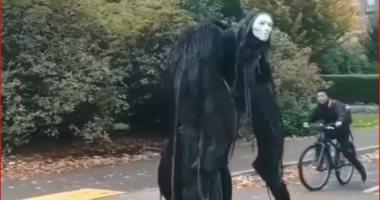 تقاليع الهالوين.. فيديو يحقق 13 مليون مشاهدة لكائن مرعب يتجول فى الشارع
