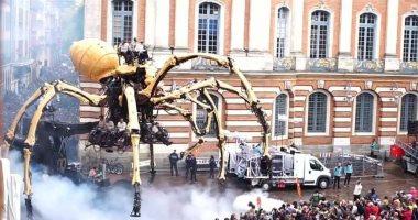 خطوته بـ 20 متر.. عنكبوت آلى برأس ثور يبهر مواطنى فرنسا.. فيديو وصور