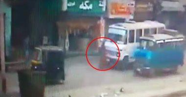 كاميرات المراقبة تكشف تفاصيل مصرع سيدتين صدمتهما سيارة طائشة يقودها طفل
