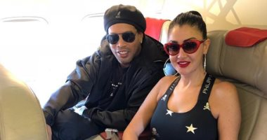 غادة عبد الرازق ورونالدينيو على طائرة واحدة متجهة للمغرب.. اعرف السبب