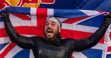 157 يوماً فى البحر.. روس أول شخص يسبح حول بريطانيا