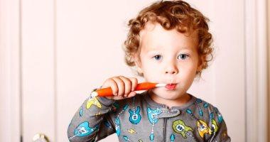 بلاش نكتر منه.. استخدام الأطفال لمعجون الأسنان بكثرة يعرضهم للتسوس