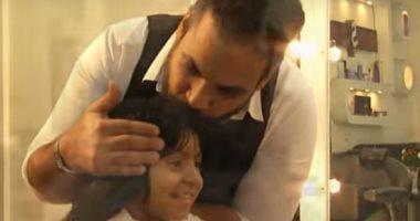 فيديو.. حلاق يرسم السعادة على وجوه الأطفال المصابين بالسرطان بشعر مستعار