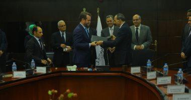 وزير النقل يشهد توقيع مذكرة تفاهم بين ميناء الإسكندرية وشركة CDR الهولندية