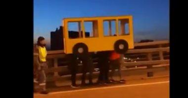 شاهد.. الروس يبتكرون طريقة غريبة لعبور جسر
