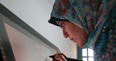 هالة أثناء عملها في رسم عمارة الطيبين