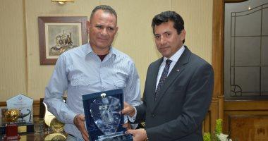 وزير الشباب والرياضة يستقبل السيد عواد بطل الكاراتية بائع الكشرى 2018112110090090