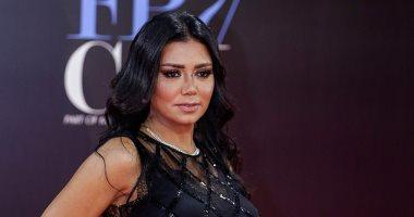 هل البطانة اترفعت؟..مواقع البيع تكشف حقيقة فستان رانيا يوسف.. اعرف الحكاية