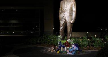 صور.. المئات يضعون الورود والشموع أمام النصب التذكارى لجورج بوش الأب