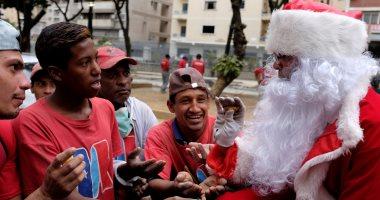 بابا نويل يتجول فى فنزويلا حاملا الهدايا لأطفال المدارس
