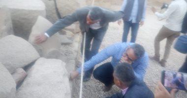 بدون معدات.. هكذا تقوم وزارة الآثار بترميم أضخم تمثال لرمسيس الثانى