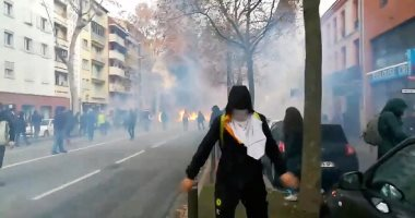 رغم تراجع الحكومة.. المتظاهرون يشعلون النيران فى شوارع باريس