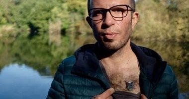 """على طريقة """"آيرون مان"""".. رجل يضع شريحة بلوتوث فى صدره"""