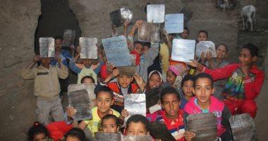 """بل هو قرآن مجيد فى لوح محفوظ.. أطفال الأقصر يحفظون كتاب الله على """"ألواح صفيح"""""""
