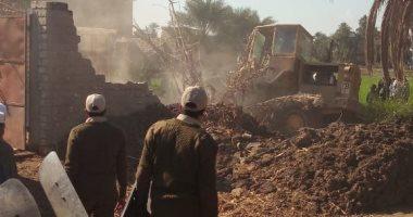 صور.. إزالة 41 حالة تعد على الاراضى الزراعية بمركز إطسا الفيوم