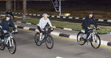 فيديو وصور.. الرئيس السيسى يجرى جولة تفقدية بالدراجة فى شرم الشيخ