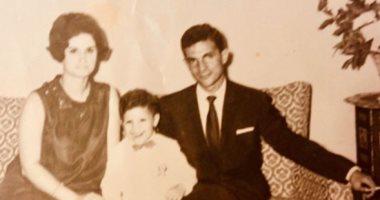 زمان وأنا صغير .. نجم سينما فى طفولته برفقة والديه.. اعرف هو مين