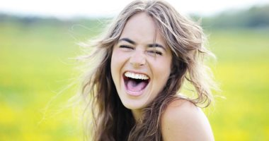 الضحك من غير سبب ممكن يكون مرض.. اعرف السبب والعلاج