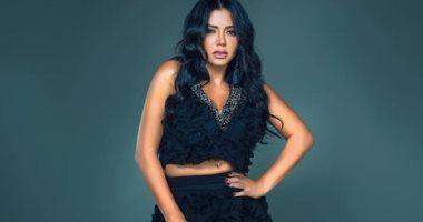 """رانيا يوسف بفستان """"ستومك"""" أسود بعد أزمة ختام مهرجان القاهرة"""