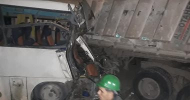 إصابة 10 اشخاص فى حادث تصادم ميكروباصين بطريق الواحات الصحراوى