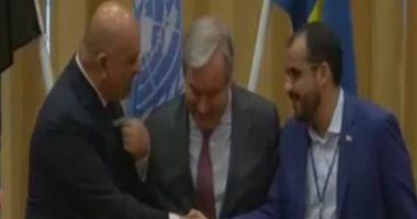 مصافحة وزير الخارجية اليمنى ورئيس وفد الحوثى بمباحثات الأمم المتحدة