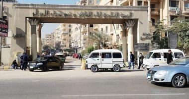 قارئ يطالب بحلول لحوادث عبور الطريق أمام بوابات هضبة الأهرام بطريق الفيوم