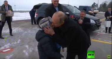 شاهد.. بوتين يحقق أمنية طفل روسى مريض ويحلق معه فى سماء مدينة سان بطرسبرج