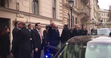 فيديو..السيسي يقف لتحية الجالية المصرية بعد وصوله مقر إقامته فى فيينا