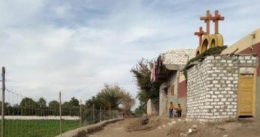 إيد واحدة.. مسلمو قرية الإسماعيلية بالمنيا يتبرعون بقطعة أرض لتمهيد طريق الكنيسة