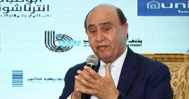 مهاب مميش ومحافظ القاهرة يصليان الجنازة على والد وزيرة الاستثمار