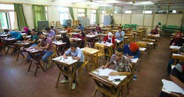 طلاب الصف الأول الثانوى يبدأون امتحان اللغة الأجنبية الأولى