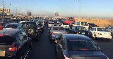 زحام مرورى بسبب حادث تصادم سيارتين أعلى الطريق بمدينة 15 مايو