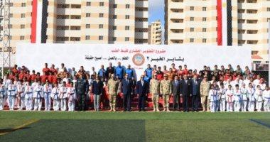 """فى صورة تذكارية.. الرئيس السيسي يتوسط مجموعة من شباب """"بشاير الخير"""""""