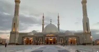 شاهد.. أول أذان يرفع من مسجد الفتاح العليم بالعاصمة الإدارية الجديدة