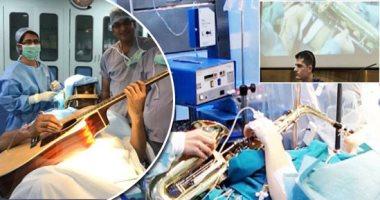 جراحة على أنغام موسيقية.. كيف أصبحت آلات العزف صديق وفى للأطباء.. الساكسفون اختبار تجريبى للتأكد من عدم تلف جزء من الدماغ.. الكمانجة ساعدت فى عملية زرع قطب كهربائى.. وهندى يعزف على جيتاره اثناء إزالة ورم بالمخ
