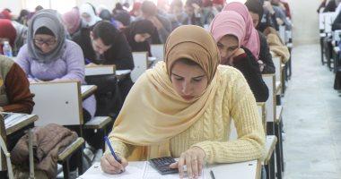 طلاب الصف الأول الثانوى يبدأون امتحان مادة الفلسفة