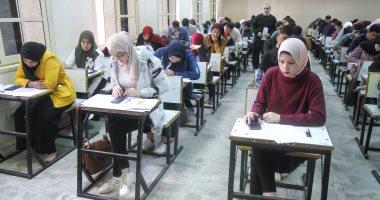 طلاب أولى ثانوى يبدأون امتحان الأحياء فى ثانى أيام اختبارات الثانوية التراكمية