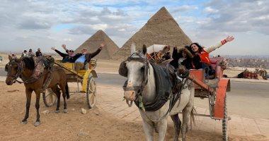 إقبال كبير من العائلات المصرية على زيارة الأهرامات وأبو الهول ثانى أيام العيد