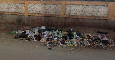 شكوى من انتشار أكوام القمامة أمام سور مدرسة الشهيد الجندى بالمنوفية