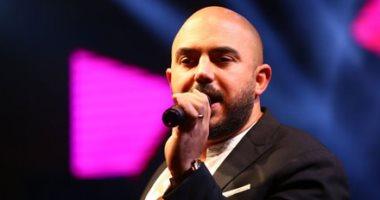 محمود العسيلى يحيى حفلا غنائيا والملابس البيضاء شرط الحضور