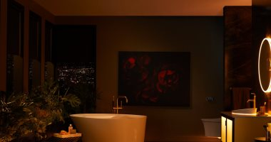 حمام ذكى يعمل بالأوامر الصوتية ومزود بإضاءة يمكن تغييرها وفقا لمزاجك