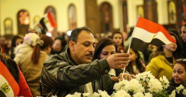علم مصر يرفرف بأيدى المشاركين فى قداس عيد الميلاد بكاتدرائية ميلاد المسيح