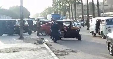 إصابة 4 أشخاص صدمهم توك توك أثناء سيرهم أعلى الطريق فى مدينة نصر