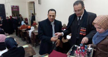 """صور.. رئيس جامعة دمنهور يوزع"""" شيكولاتة وورد"""" على الطلاب بلجان الامتحانات"""