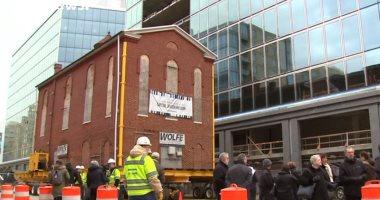 شاهد.. نقل مبنى كنيس يهودى بالكامل فى واشنطن إلى مكان آخر