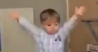 """هوس الكرة أم براءة الأطفال.. طفل يعبر عن فرحته بعد هدف فريقه """"فيديو"""""""