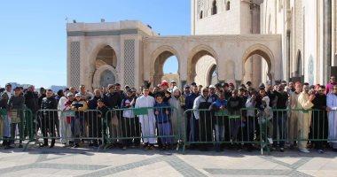 صورة.. جماهير المغرب تتجمع لتحية الزمالك بعد صلاة الجمعة وتأخير المران ساعة